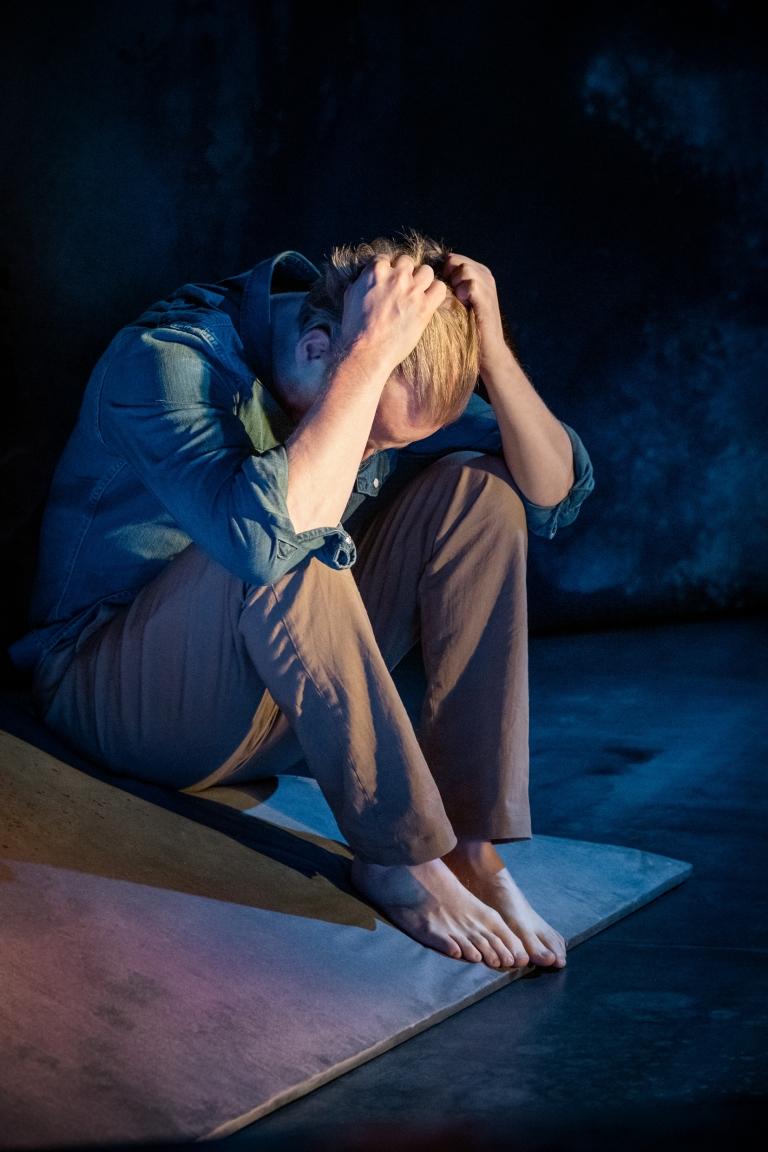 Män kan inte våldtas efter Märta Tikkanens roman i dramatiser